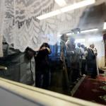 """Eftersom det är så trångt i moskén, händer det att folk stannar hemma från bönen ibland. """"Risken är att folk bildar egna små församlingar i lägenheter och källare istället, där extrema och sekteristiska idéer lättare kan få fäste"""", säger Ahmed-shil Mohamed. Det planerade, stora islamiska centret ska bland annat innehålla studierum och bibliotek."""