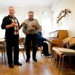 """Viljo, 81 (till höger) lärde sig svenska när han fick jobb på en byggarbetsplats i Sverige på 60-talet. Hans barnbarn är födda här i Sverige, men har flyttat tillbaka till hans hemland Finland. """"Jag känner mig finsk fortfarande"""", säger Viljo."""