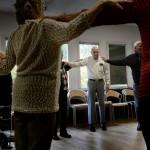 På Morkullan ses de äldre varje fredag för att dansa, sjunga och lära sig använda ipads till exempel.
