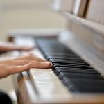 """Valde spelar gamla godingar på pianot idag:  """"Oi Niitä Aikoja"""" sjunger alls tillsammans. På svenska heter det: """"Ja, det var tider då min vän, en gång för länge sen..."""""""