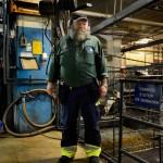 """En trappa ner under transmissions-verkstaden, där man svarvar delar till växellådorna, håller Hannu koll på rör och maskiner. På Scania har många haft utländsk bakgrund genom åren. """"Jag förstår vad som är skillnaden mellan rik och fattig. Men inte mellan folk och folk""""."""