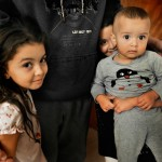 Hanan, Aya och Omar med pappa Ihssan i lägenheten som han själv har renoverat för att hyresvärden struntar i det, hävdar han.