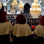 På söndagar är det alltid mycket folk i den syrisk-ortodoxa katedralen i Hovsjö.
