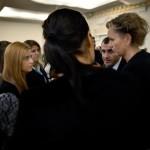Många kyrkobesökare vill prata med Boel Godner och riksdagsledamoten Yilmaz Kerimo (S) efteråt. De är några av många politiker som vill avskaffa ebo-lagen. Den gör det möjligt för nyanlända att bosätta sig var man vill i Sverige. Men regeringen säger nej.