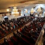 Det är minst fyra-fem hundra besökare i kyrkan idag, som alltid på söndagar. Männen till höger, kvinnorna på vänster sida av altargången. Äldre damer täcker håret med slöjor av spets.