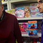 Ayad Akrawi och sonen Fadi Akrawi försöker erbjuda lite av varje till den brokiga kundkretsen i Södertälje.