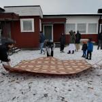 Moskén i Borlänge är så liten att alla inte får plats att be inomhus. Några män rullar ut en matta på parkeringen utanför. Församlingen har letat efter nya lokaler i många år.