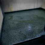 Samma kväll vi besöker fastigheten familjen Siversson bodde i har någon urinerat i trappan och i hissen.