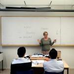 Läraren Elin Nordkvist håller i språkintroduktionen för nyanlända på Wendela Hebbegymnasiet i Södertälje. Efter 1-3 år här kan de flesta språket så bra att det kan börja på ett vanligt gymnasieprogram.
