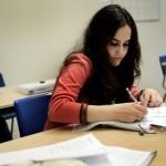 """Liliarosa har nyligen flytt hit från Syrien, och pluggar hårt för att lära sig språket bättre. Hennes farbror bor här i Södertälje sedan länge. """"De flesta här pratar arabiska, det är svårt få kontakt med svenskar"""", säger hon."""