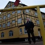 I det gula huset var Svenny Håkanssons kontor när han var hamnchef. Än i dag tar han bilen och kör runt i området för att minnas de gamla tiderna.