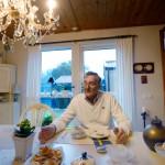 Hemma i radhusvillan bjuder Svenny Håkansson på tårta och kaffe. – Vi måste kunna umgås, även om vi har olika åsikter, säger han.