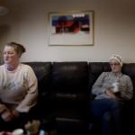 Betina och hennes dotter Theresé anser att det är fattigdom är det största problemet i Landskrona inte rykten om hur farlig staden är.