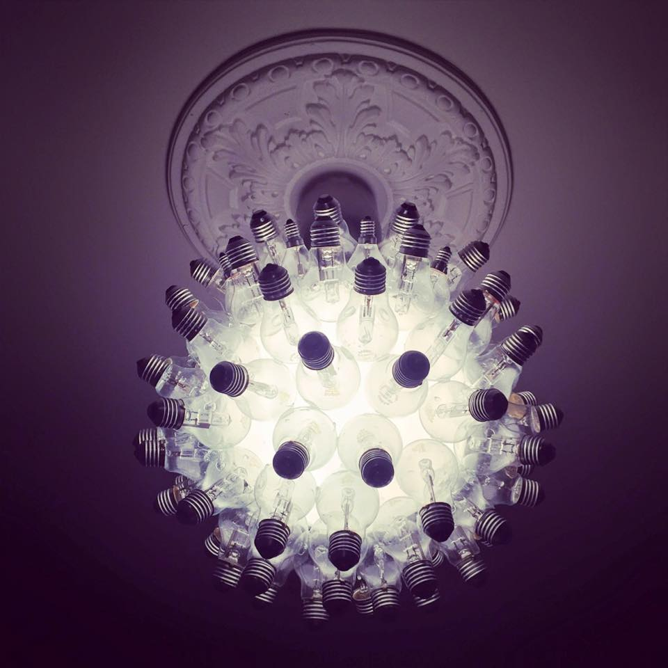 ljuskrona av glödlampor