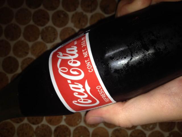 Sprangde sig in med cola burkar