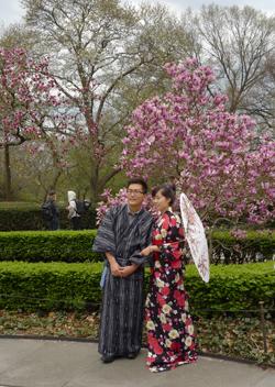 Många kom i de finaste japanska kläderna.