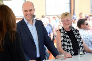 Politikerveckan i Almedalen 2012. Fredrik Reinfeldt, politiker (M) stasminister partiledare i Aftonbladets tält med Lena Mellin. Fotograf: Björn Lindahl