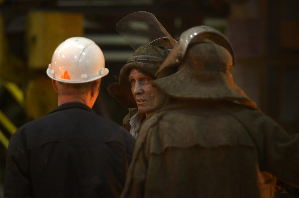 Jurij Sergevitj Koslov tar en paus med sina arbetskamrater