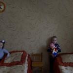 Pavel 5 och  Zarima 6 vid sina sängar