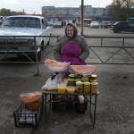 En gammal kvinna försöker sälja sin egna produktion