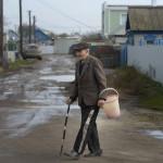 Mannen på väg för att hämta vatten. Värme- och vattenledningar behöver renoveras i Michajlovka