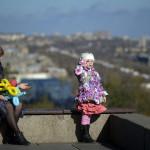Uppe från statyns fot ser man ner över Volgograd