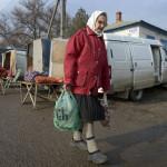 Kvinna lämnar den lilla marknaden i Michajlovka
