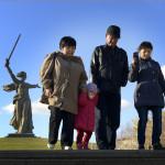 """En strid ström av besökare kommer till  området Mamajev Kurgan"""" där """"Fosterlandet kallar"""" finns"""