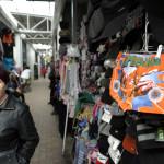 Den gamla marknaden i Armavir består av långa korridorer av varor