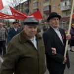 På Röda oktobergatan demonstrerar kommunisterna.