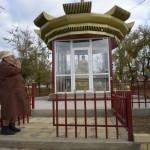 Alma Badajeva, 70 år gammal stannar en stund vid Buuhastatyn