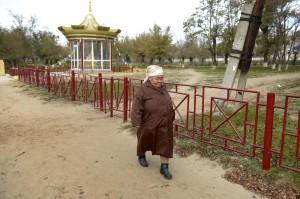 Alma vandrar vidare för att gå på posten och hämta sin pension