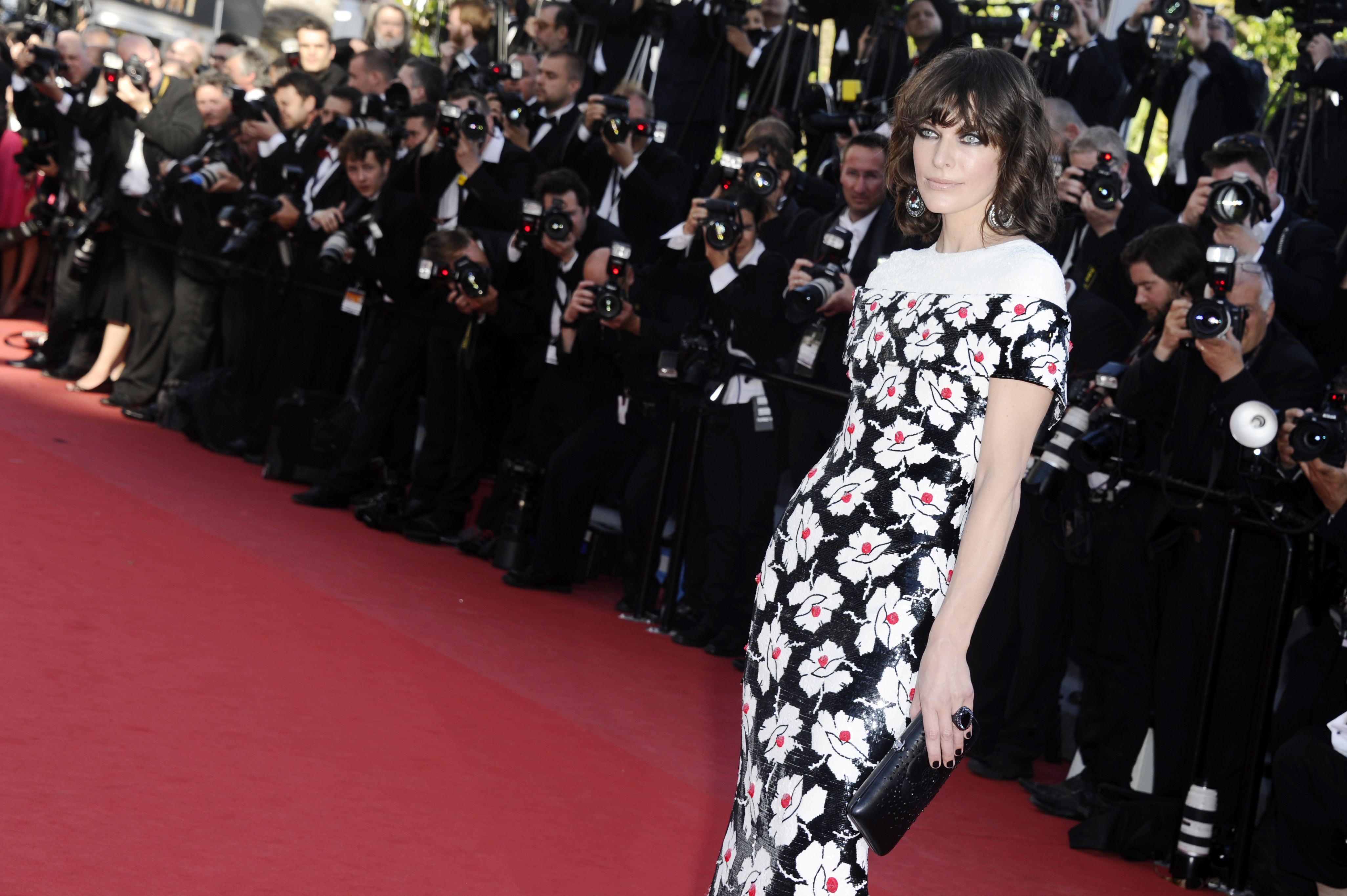Milla Jovovich glittrar i Swarovski på årets Cannesfestival