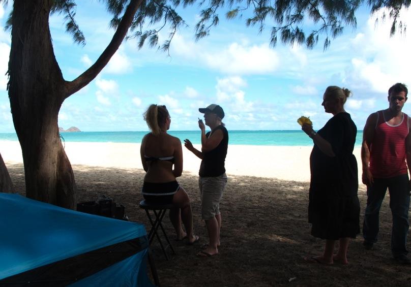 Vi hittade en lugn plats på stranden, Waimanalo där vi förberedde plåtningen