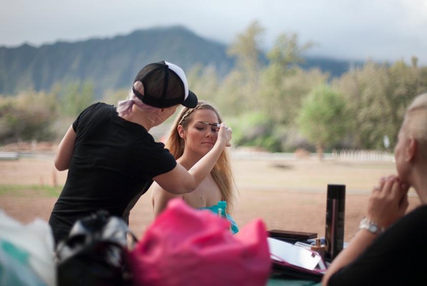 Makeupartsiten Sara Obringer från Whik´d Hawaii sminkar modellen Sara Settle från modellagenturen Wilhelmina Hawaii