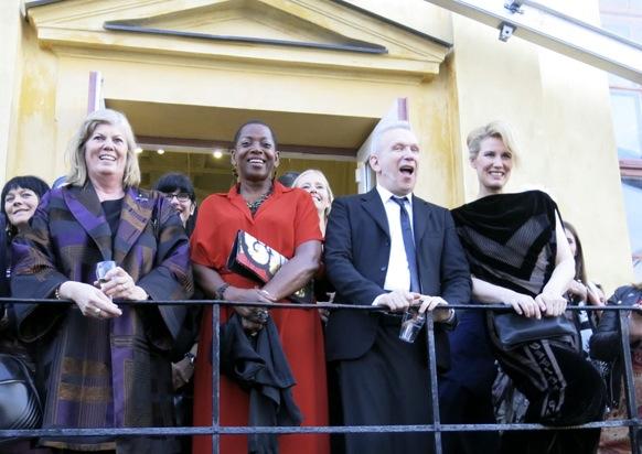 Jean Paul Gaultier verkade uppskatta tillställningen. Här med sina två svenska muser, Aitize Hanson och Gunilla Lindblad.