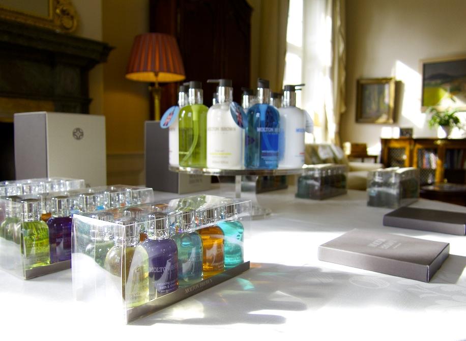 Molton Browns alla 12 doftkombinationer uppställda i brittiska ambassadörsparets hem.