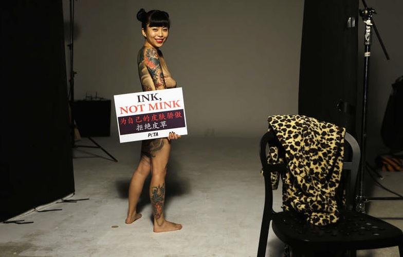 """Ink Not Mink; är idag PETAS slogan, 20 år senare efter första kampanjen """"I'd rather go naked than wear fur""""."""