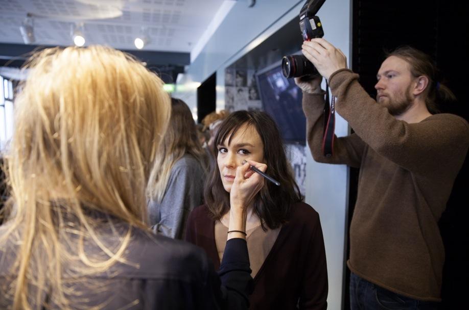 Dramatenskådisen Rebecka Hemse fick makeupen lagd. naturligt och fina eyeliners var det som gällde hos Diana Orvings visning