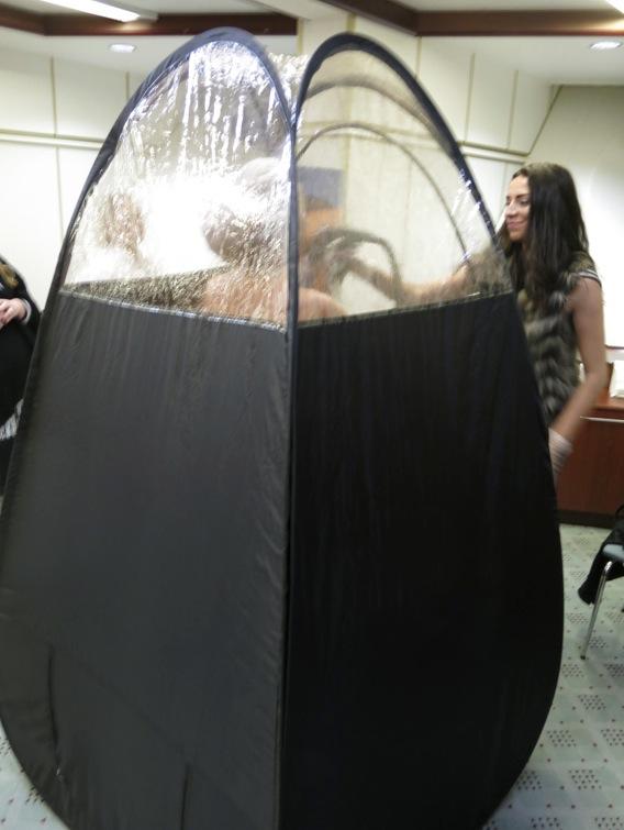 """Jana Bobosikova utför spraytanning i färgen """"barbados"""" som är den mörkaste färgen"""