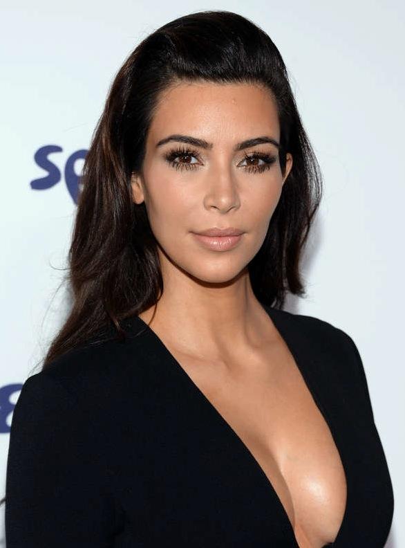Kim Kardashians olivfärgade hy harmoniseras av en mörk chokladfärgad hårfärg. Foto: AP/TT