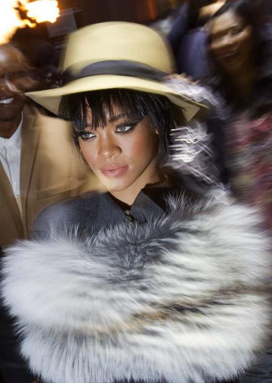 Rihanna passar bäst i kalla mörka toner. Absolut inte blekta toner, som pälsen hon virat runt sig. Not.  Foto: AP/TT