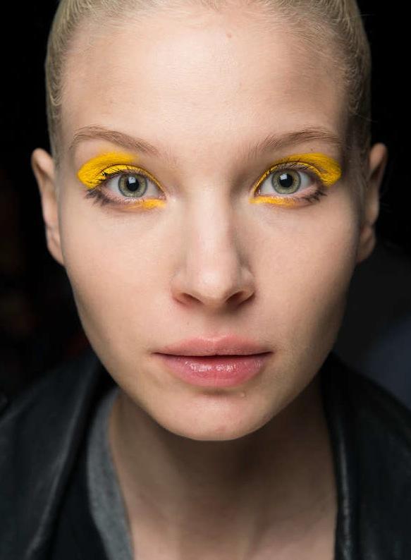 Gult behöver inte vara fult. Effektfull meja bar modellerna på Fatima Lopes visning på anrika Lido. Foto Getty Images