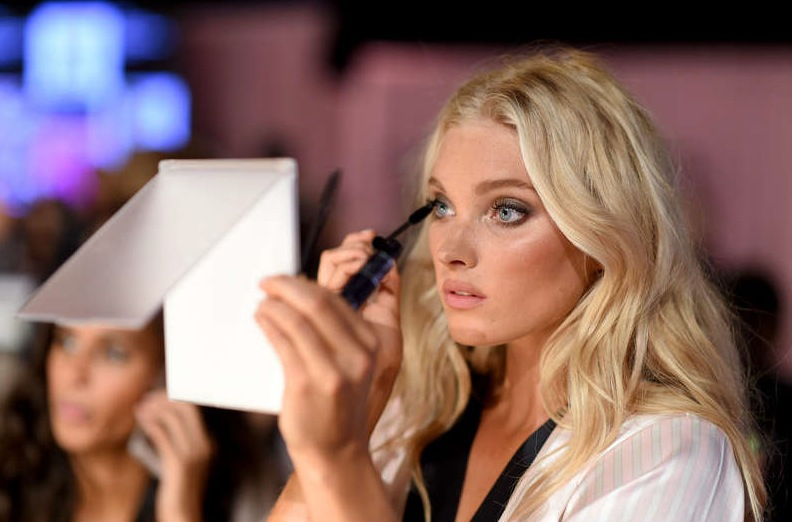 Elsa Hosk bättrar på mascaran innan showen. Foto: Getty Images