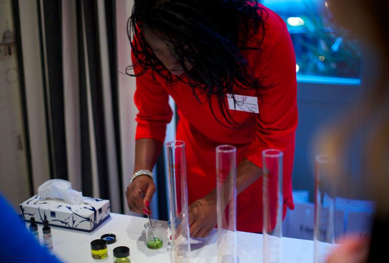 Klinikmärket Medik8 som specialicerat sig på peelingar lanserade under Daisy Beauty Expo 2015.Här visar Sandra Pitropia hur deras retinolprodukt penetrerar genom hudlagren