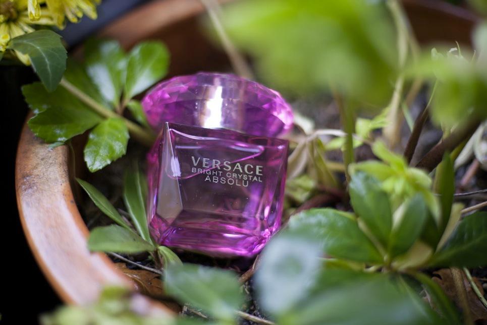 Versaces Bright Crystal Absolou innehåller julros, pion, yuzu och magnolia