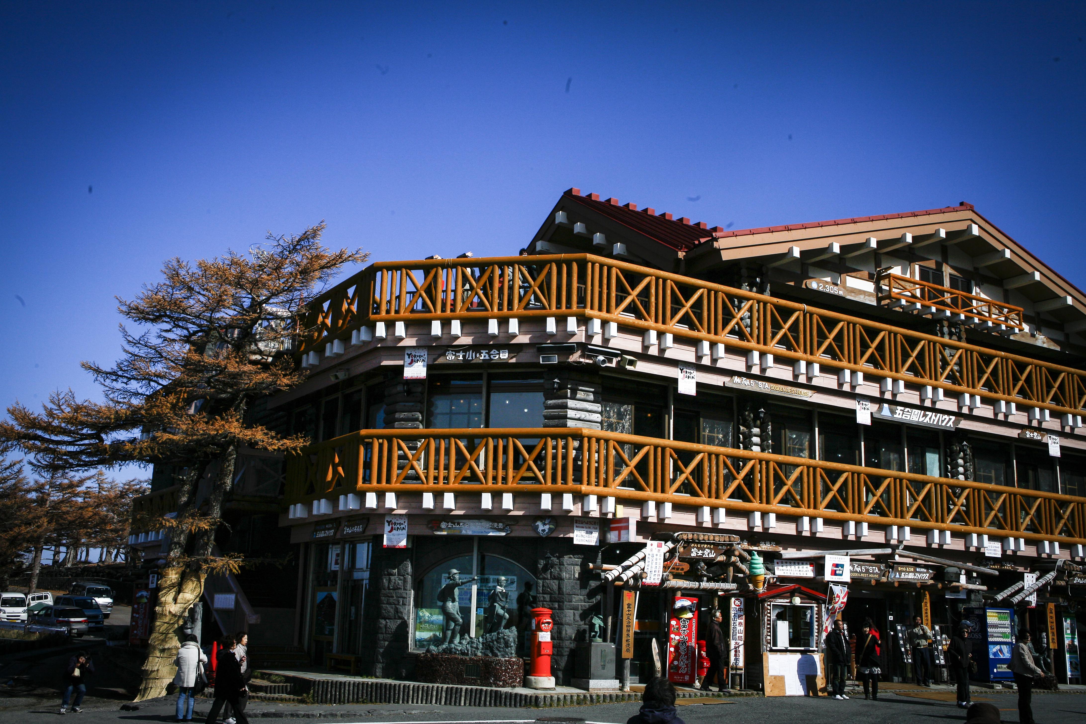 Mt Fujis femte basstation  Yoshidaguchi ligger på 2300 meters höjd. På med kläderna!