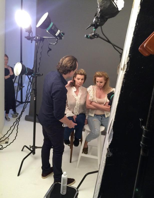 Juan Rosenlind från Sachajuan stylar håret på Jabushes modeller Marie Lindqvist och Anna Tamander
