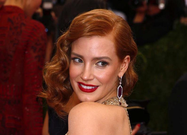Skådespelerskan Jessica Chastain satsade på röda läppar och en svalare mejk