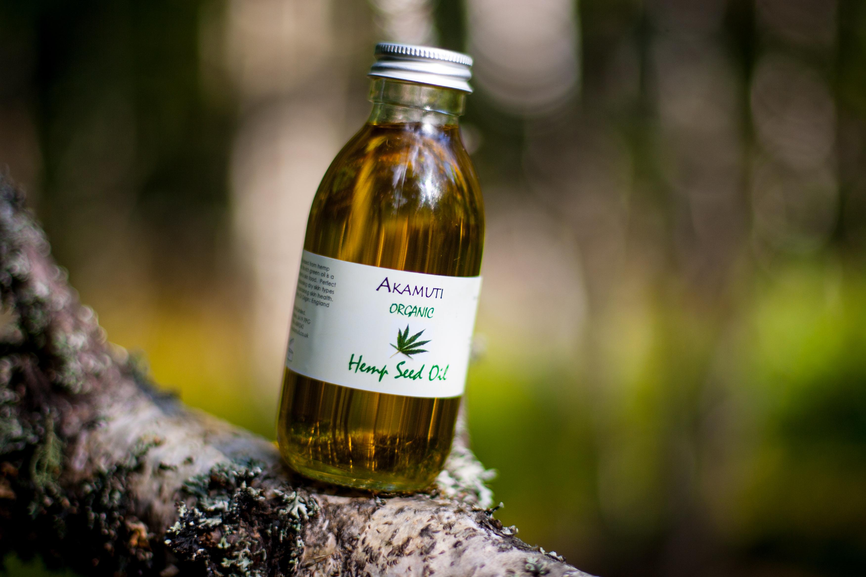 Hampaoljan är rik på proteiner som hjälper till att bygga upp hårstrået.